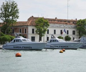 https://www.tp24.it/immagini_articoli/14-04-2019/1555221219-0-italy-seizes-tons-hashish-from-sailboat-near-sicily.jpg